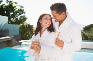 Couple with champagne flutes by swimming poolの写真素材 [FYI00003095]