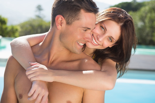 Romantic woman embracing man by swimming poolの写真素材 [FYI00003098]