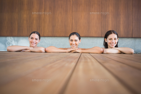 Cheerful young women in swimming poolの写真素材 [FYI00003100]