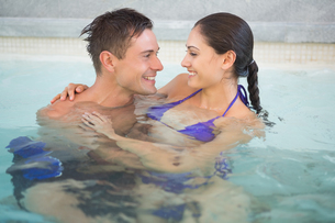 Romantic couple in swimming poolの写真素材 [FYI00003101]