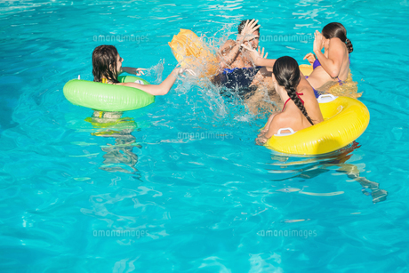 People playing in the swimming poolの写真素材 [FYI00003105]