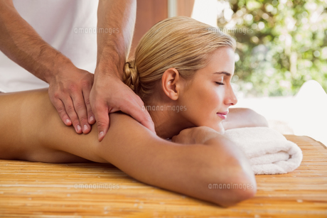 Woman receiving shoulder massage at spa centerの素材 [FYI00003108]