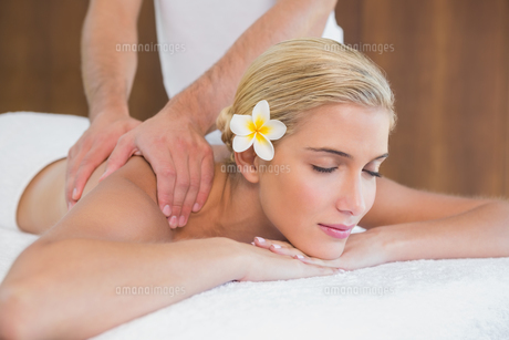 Woman receiving shoulder massage at spa centerの素材 [FYI00003109]