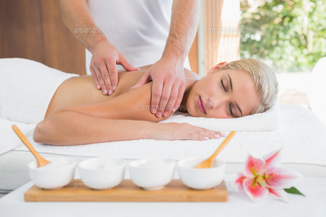 Woman receiving shoulder massage at spa centerの素材 [FYI00003112]