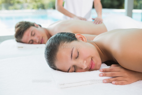 Couple enjoying massage at health farmの写真素材 [FYI00003113]