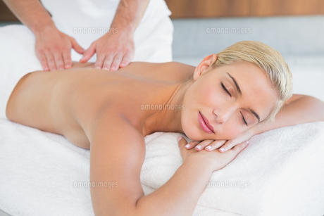 Woman receiving back massage at spa centerの素材 [FYI00003114]