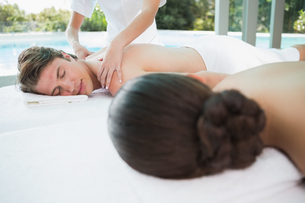 Couple enjoying massage at health farmの素材 [FYI00003115]