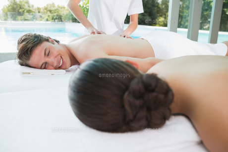 Couple enjoying massage at health farmの写真素材 [FYI00003117]