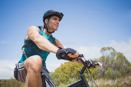 Athletic young man mountain bikingの素材 [FYI00003119]