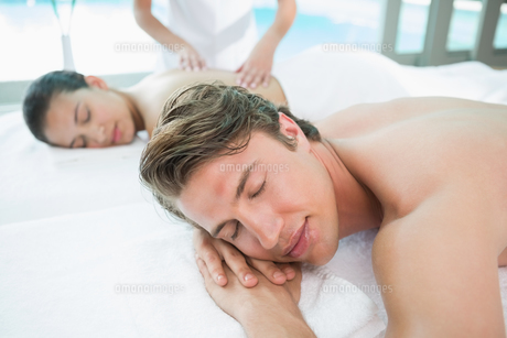 Couple enjoying massage at health farmの素材 [FYI00003120]