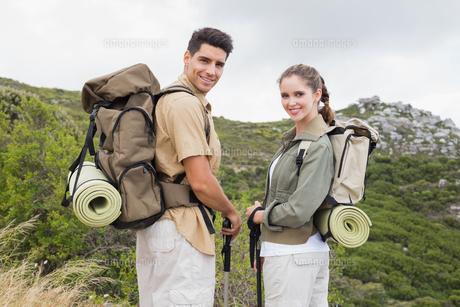 Couple standing on mountain terrainの写真素材 [FYI00003122]