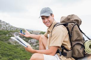 Hiking man with map on mountain terrainの写真素材 [FYI00003123]