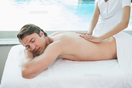 Handsome man receiving back massage at spa centerの素材 [FYI00003126]