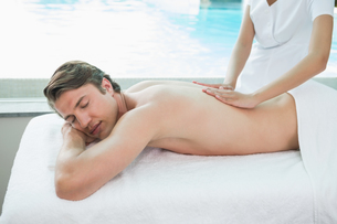 Handsome man receiving back massage at spa centerの写真素材 [FYI00003126]