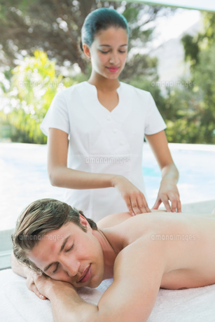 Handsome man receiving back massage at spa centerの素材 [FYI00003127]