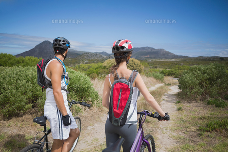 Athletic couple mountain bikingの写真素材 [FYI00003128]