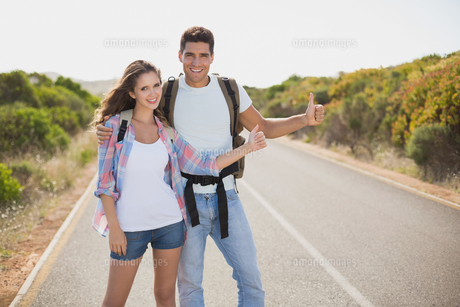 Couple hitchhiking on countryside roadの素材 [FYI00003133]