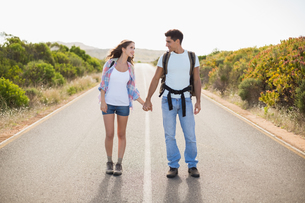 Couple standing on countryside roadの素材 [FYI00003134]