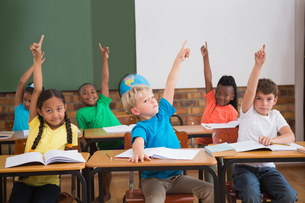 Cute pupils raising their handsの写真素材 [FYI00003175]