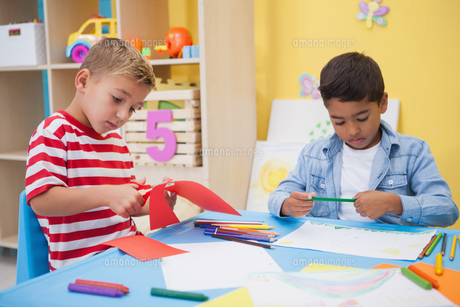 Cute little boys drawing at deskの写真素材 [FYI00003211]