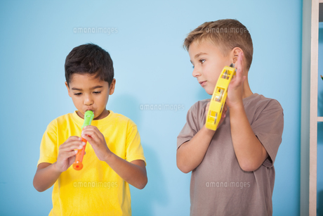 Cute little boys playing musical instruments in classroomの写真素材 [FYI00003213]