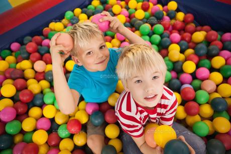 Happy children playing in ball poolの素材 [FYI00003217]