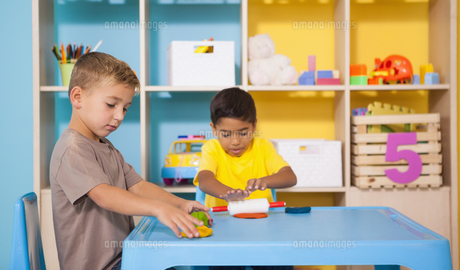 Cute little boys playing with modelling clay in classroomの写真素材 [FYI00003218]