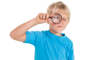 Cute little boy looking through magnifying glassの写真素材 [FYI00003221]