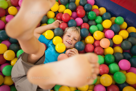 Happy boy playing in ball poolの写真素材 [FYI00003222]