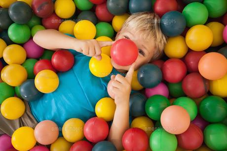 Happy boy playing in ball poolの素材 [FYI00003223]