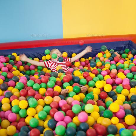 Happy boy playing in ball poolの写真素材 [FYI00003224]