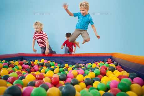 Happy children playing in ball poolの写真素材 [FYI00003225]