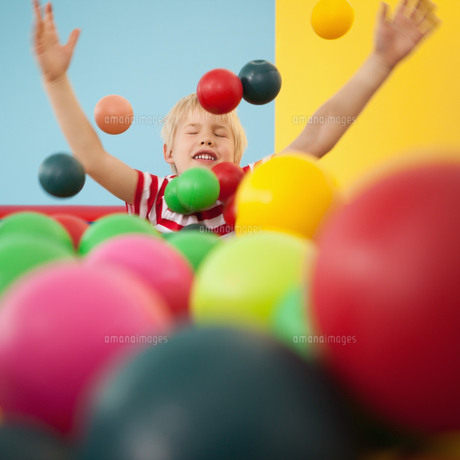 Happy boy playing in ball poolの写真素材 [FYI00003226]