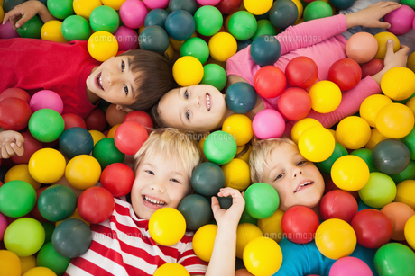 Happy children playing in ball poolの写真素材 [FYI00003227]