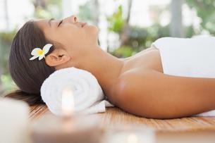 Beautiful brunette relaxing on massage tableの写真素材 [FYI00003228]