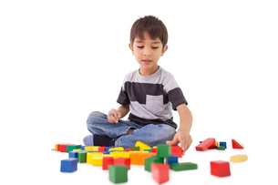 Happy little boy playing with building blocksの写真素材 [FYI00003230]