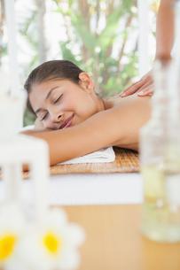 Beautiful brunette enjoying a massageの写真素材 [FYI00003231]