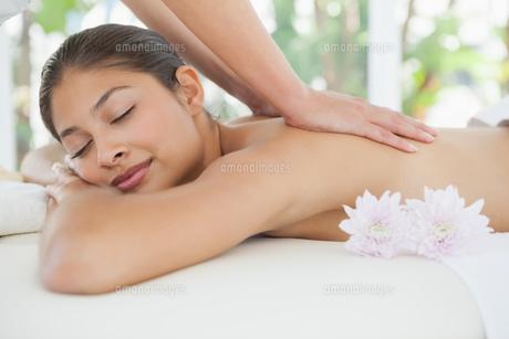 Beautiful brunette enjoying a back massageの写真素材 [FYI00003232]
