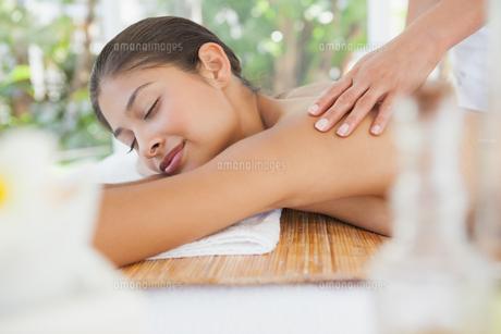 Beautiful brunette enjoying a back massageの写真素材 [FYI00003235]
