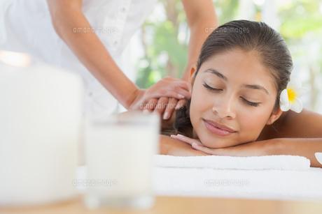 Beautiful brunette enjoying a massageの写真素材 [FYI00003236]