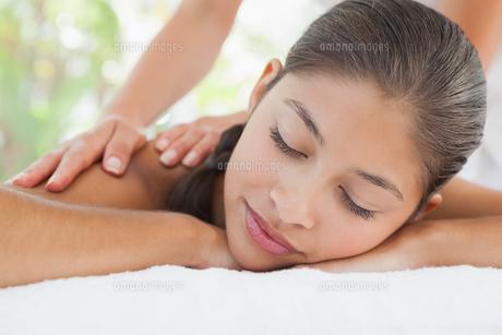 Beautiful brunette enjoying a massageの写真素材 [FYI00003237]