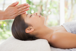 Beautiful brunette enjoying a head massageの写真素材 [FYI00003240]