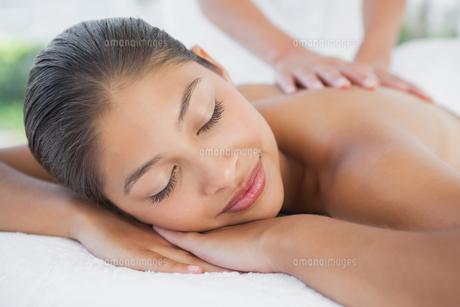 Beautiful brunette enjoying a massageの写真素材 [FYI00003241]