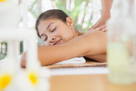 Beautiful brunette enjoying a massageの写真素材 [FYI00003242]