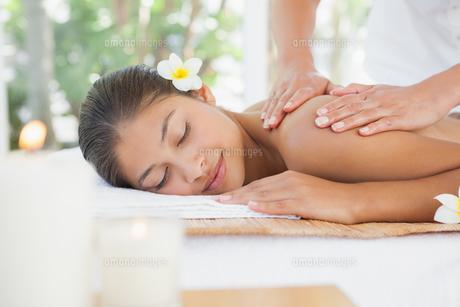 Beautiful brunette enjoying a massageの写真素材 [FYI00003243]