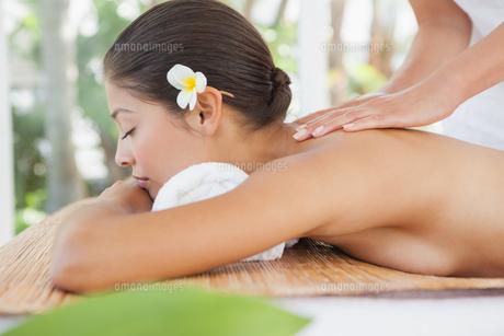 Beautiful brunette enjoying a massageの写真素材 [FYI00003244]