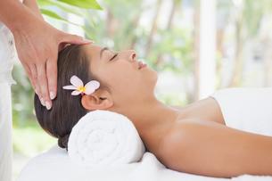 Beautiful brunette enjoying a head massageの写真素材 [FYI00003251]
