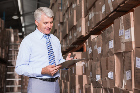 Warehouse manager checking his inventoryの写真素材 [FYI00003252]