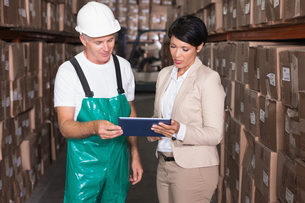 Warehouse worker and manager using tablet pcの写真素材 [FYI00003259]