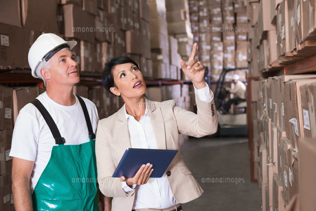 Warehouse worker and manager using tablet pcの写真素材 [FYI00003260]